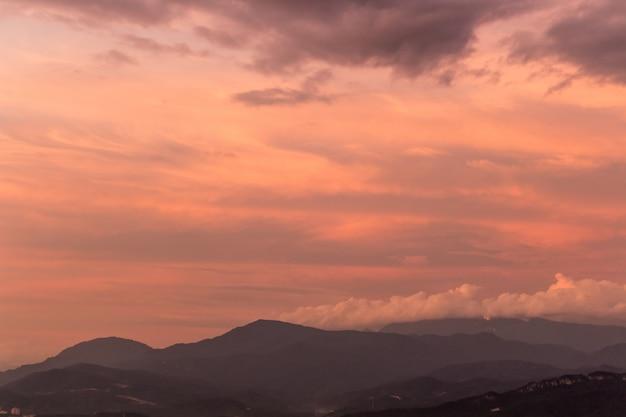 Céu roxo dramático sobre colinas enevoadas Foto Premium