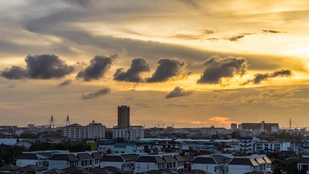 ceu-urbano-e-nublado-na-paisagem-urbana-no-entardecer_53945-197.jpg