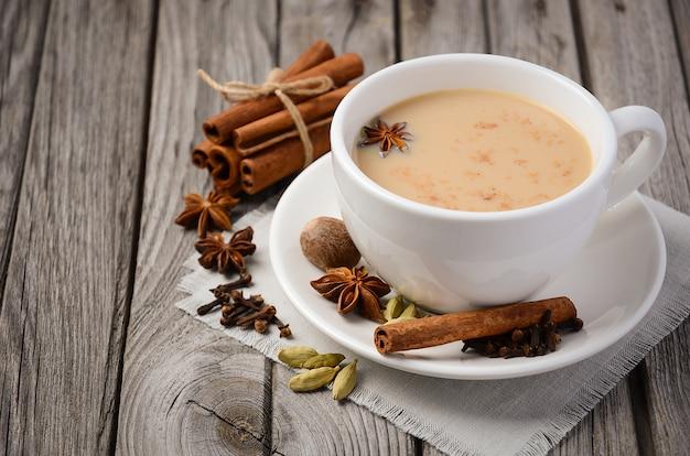 Chá chai com leite na mesa de madeira rústica Foto Premium