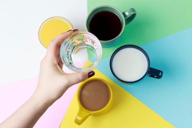 Chá de café e outras bebidas em copos coloridos em branco Foto Premium