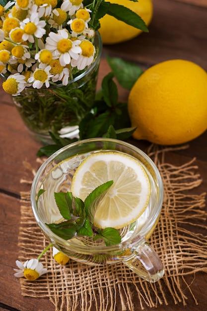 Chá de camomila com limão e hortelã. chá de ervas. menu dietético. nutrição apropriada. Foto gratuita