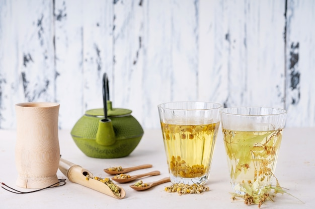 Chá de camomila e tília à base de ervas Foto Premium
