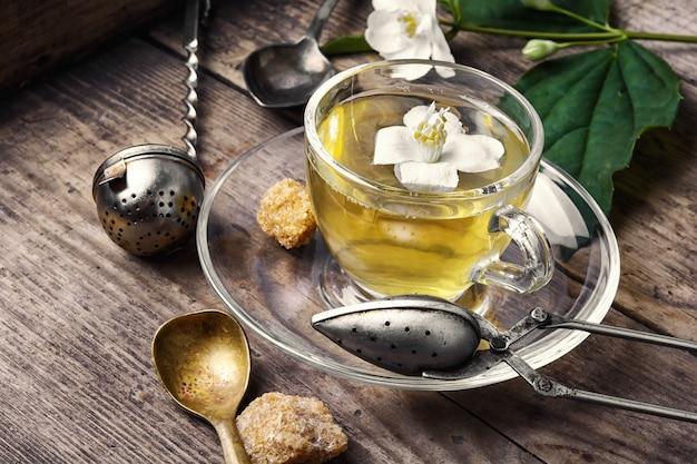 Chá de ervas com flores de jasmim Foto Premium