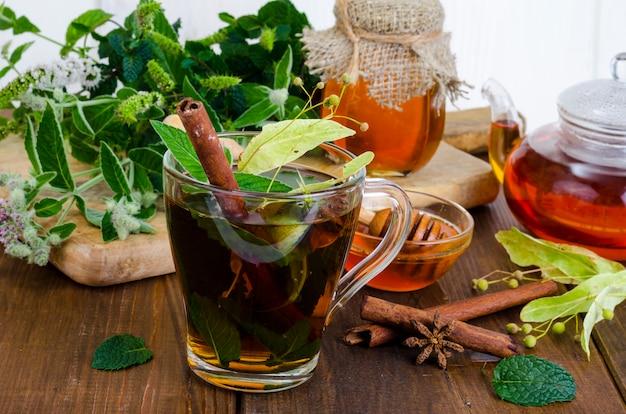Chá de ervas com hortelã, flores de tília secas Foto Premium