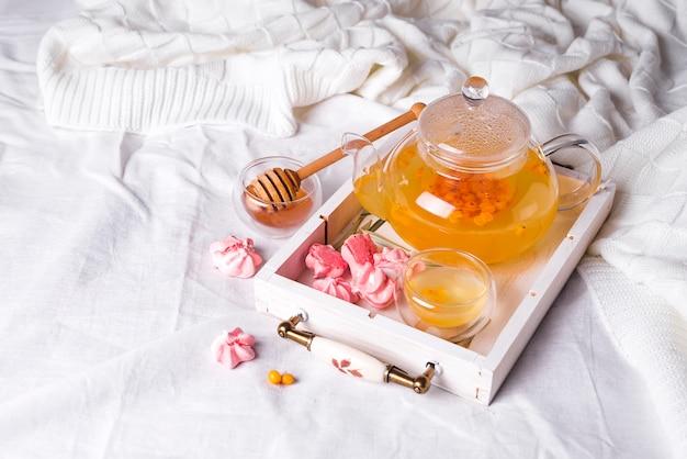Chá de ervas em uma bandeja de madeira Foto Premium
