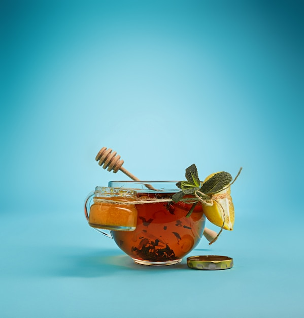 Chá de ervas no azul Foto gratuita