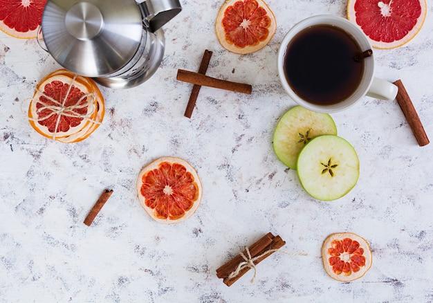 Chá de frutas com maçã, toranja e canela Foto Premium