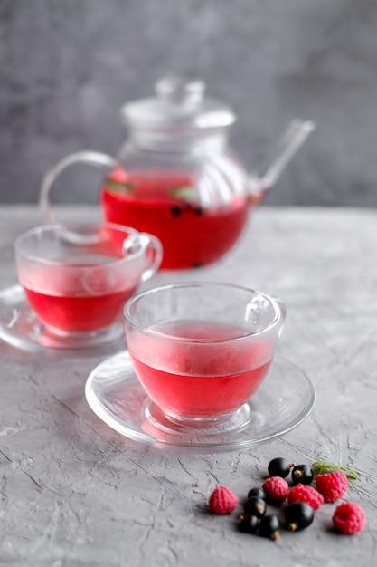 Chá de frutas vermelhas na xícara e bule Foto Premium