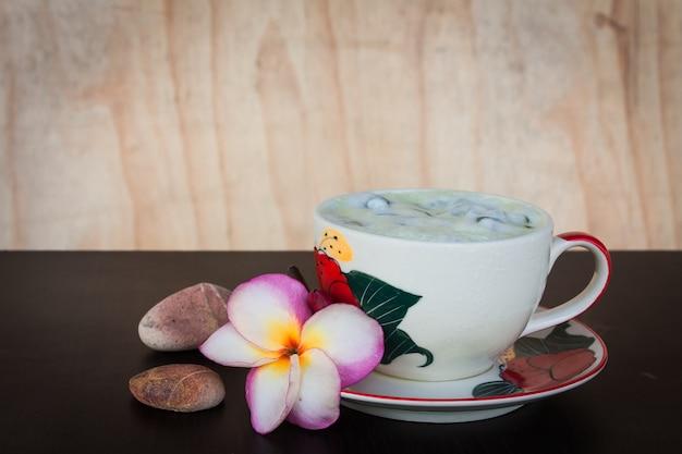 Chá de gelo verde em cima da mesa Foto Premium