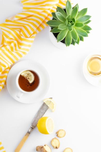 Chá de gengibre com limão mel outono quente, bebida de inverno branca com configuração plana copyspace. Foto Premium
