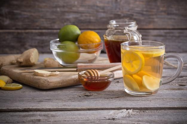 Chá de gengibre e ingredientes em um espaço de madeira do grunge Foto Premium