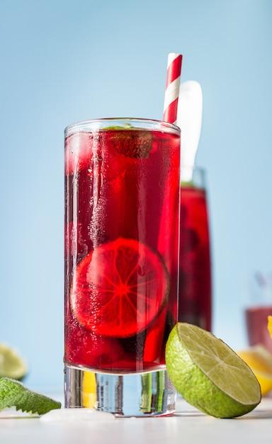 Chá de hibisco gelado ou limonada com framboesas, amoras, hortelã e frutas cítricas. Foto Premium