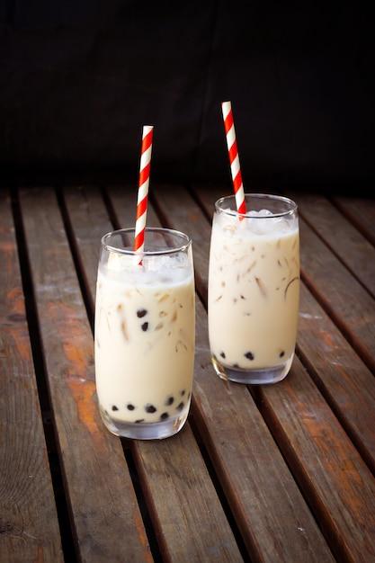 Chá de leite de bolha em vidro. bebida na moda na ásia. bebida doce com tapioca. Foto Premium