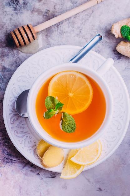 Chá de limão com gengibre e menta Foto Premium