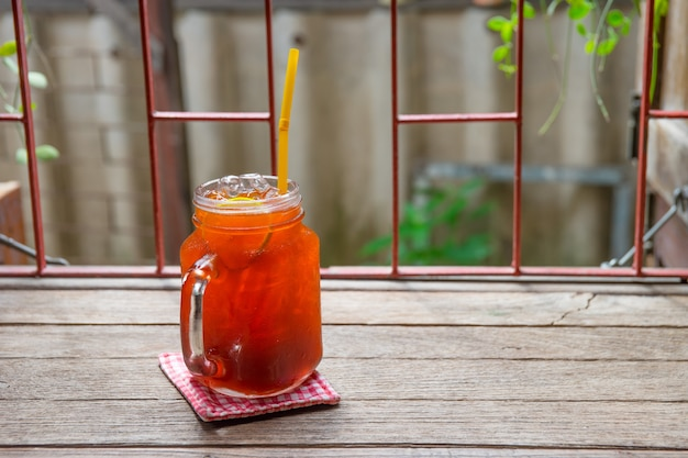 Chá de limão limão gelado na mesa de vitage em um jarro Foto Premium
