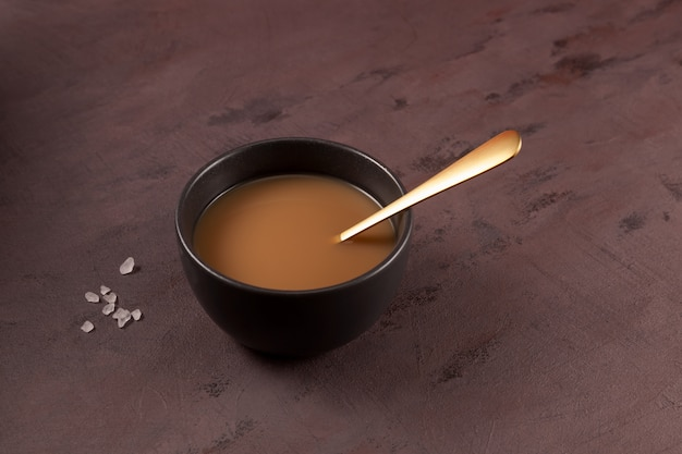 Chá de manteiga tibetano tradicional ou chá batido bebida asiática Foto Premium