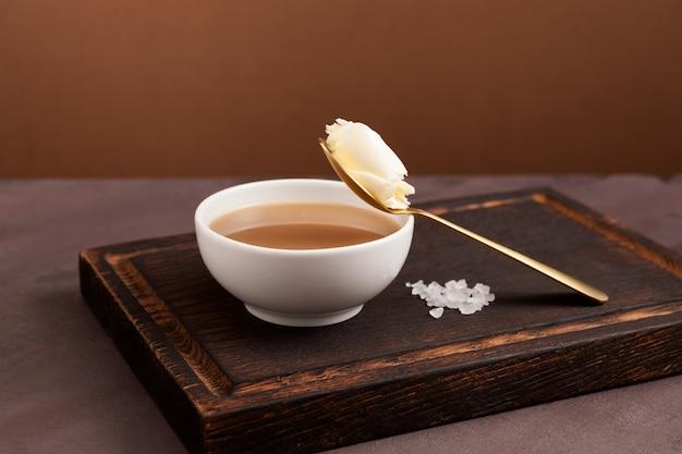 Chá de manteiga tibetano tradicional ou chá batido em uma tigela branca. Foto Premium