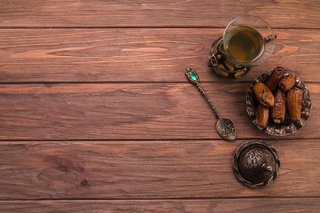 Chá de vidro com frutas de datas na tigela Foto Premium