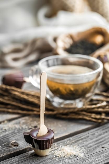 Chá e doces de chocolate no palito Foto gratuita