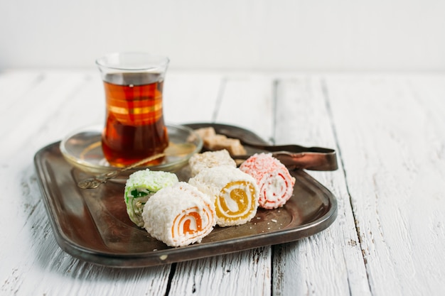 Chá e doces turcos Foto Premium