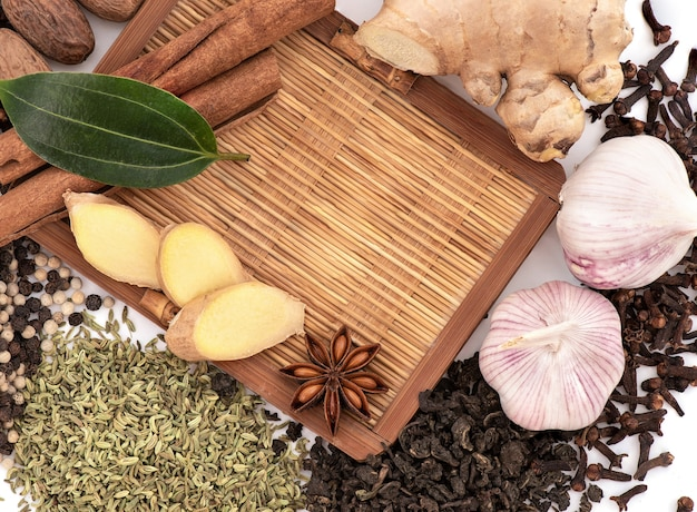 Chá e especiarias isoladas em branco Foto Premium