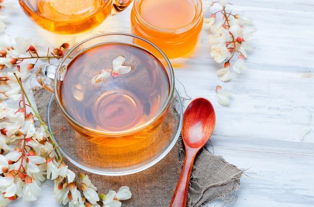 Chá e flores medicinais da acácia da cura Foto Premium