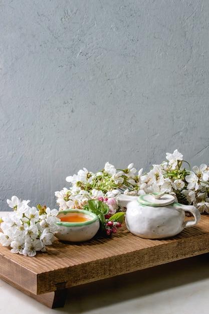 Chá em bule de cerâmica Foto Premium