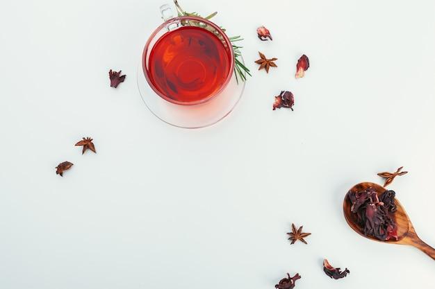 Chá em um copo de vidro com especiarias e ervas. vista do topo. Foto Premium