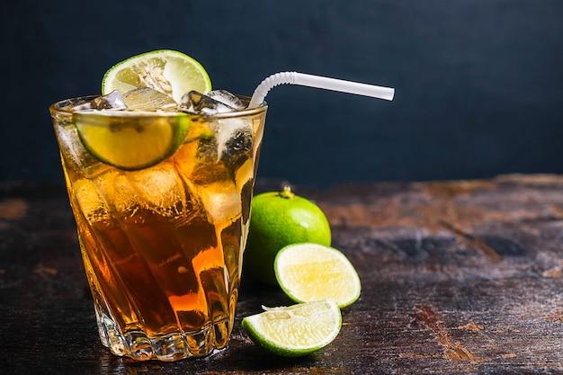 Chá gelado de limão e limão na mesa de madeira Foto Premium