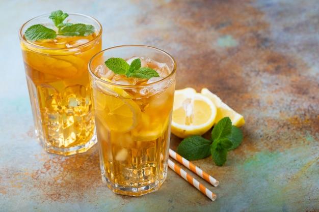 Chá gelado tradicional com limão. Foto Premium