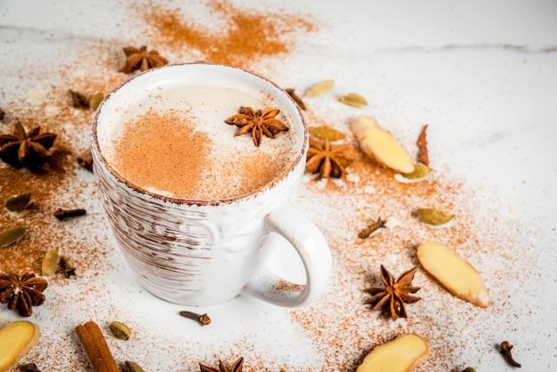 Chá indiano tradicional do masala chai com especiarias canela, cardamomo, anis, branco. copyspace Foto Premium