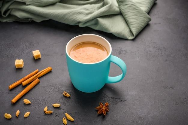 Chá indiano tradicional masala chai em um copo azul Foto Premium