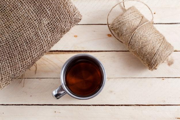 Chá na caneca vintage na mesa de madeira Foto Premium