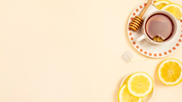 Chá preto com uma fatia de limão fresco no fundo bege Foto gratuita