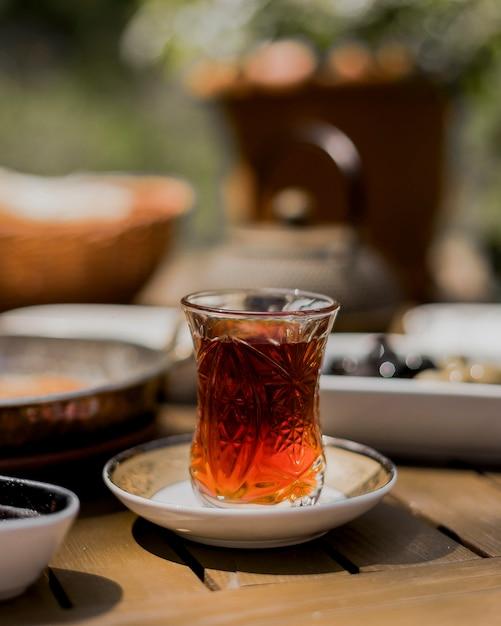 Chá preto quente em vidro armudu Foto gratuita