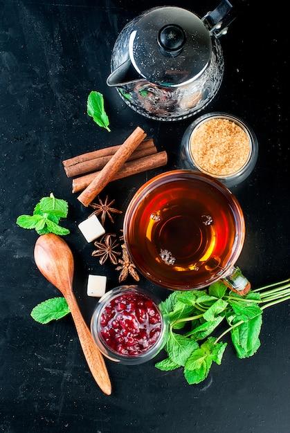 Chá quente com compota de menta, limão, menta e framboesa Foto Premium