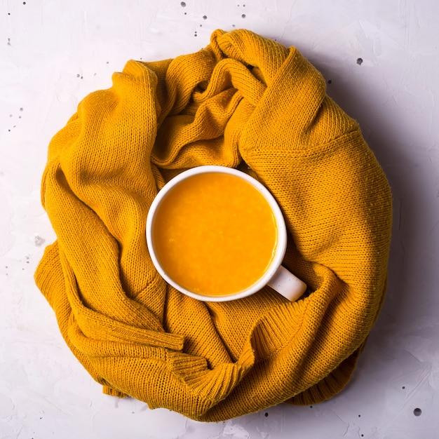 Chá quente de frutos de espinheiro com uma camisola de malha quente. outono Foto Premium