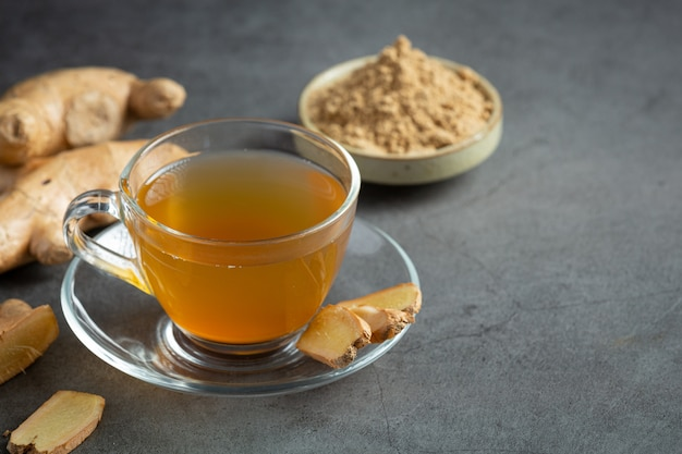 Chá quente de gengibre na mesa Foto gratuita