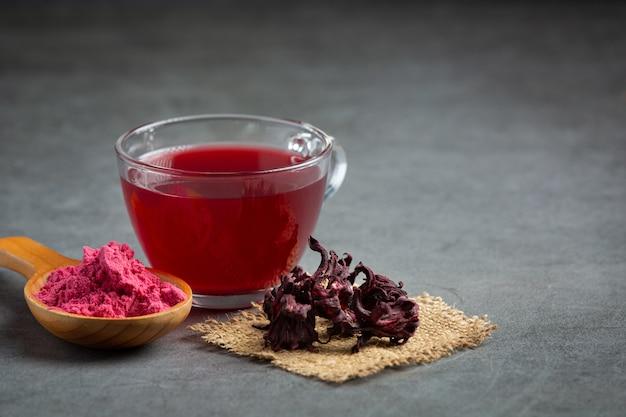 Chá quente de rosas na mesa Foto gratuita