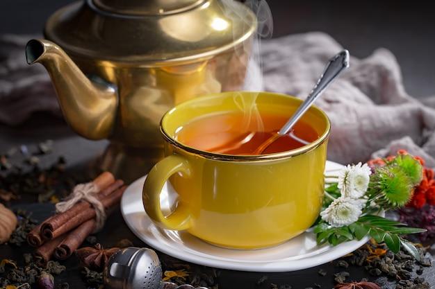 Chá quente em uma xícara. | Foto Premium