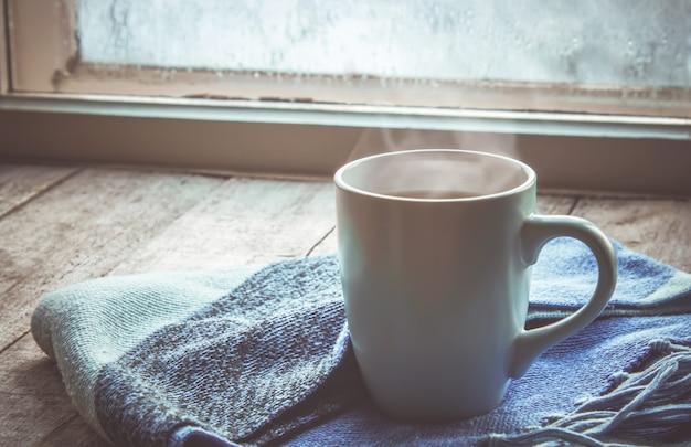Chá quente na panela perto da janela. foco seletivo. Foto Premium
