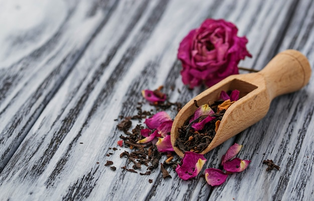 Chá seco com pétalas de rosa Foto Premium