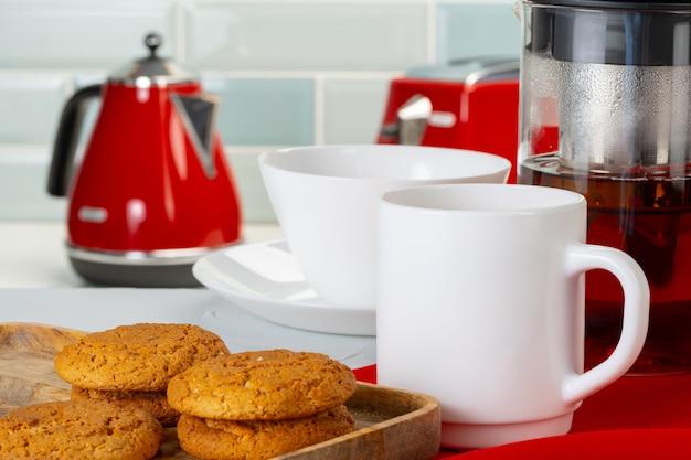 Chá servido em uma mesa de cozinha de madeira Foto Premium