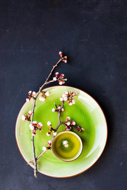 Chá verde e flor de pêssego como uma primavera Foto Premium