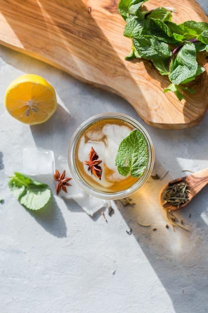 Chá verde limão frio em vidro com gelo de anis. bebida probiótica de verão Foto Premium
