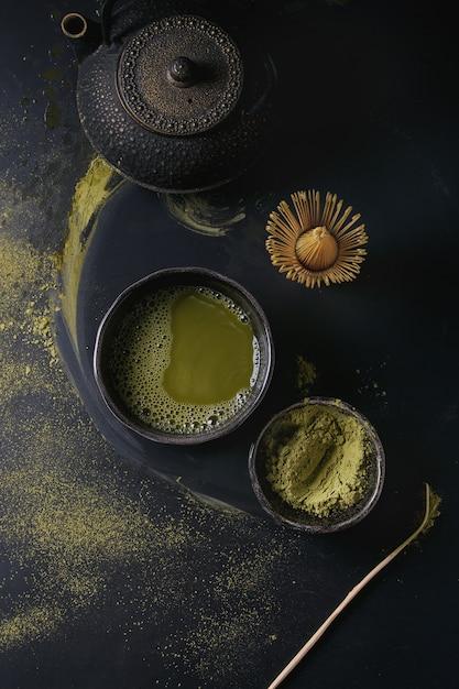 Chá verde matcha em pó e bebida Foto Premium