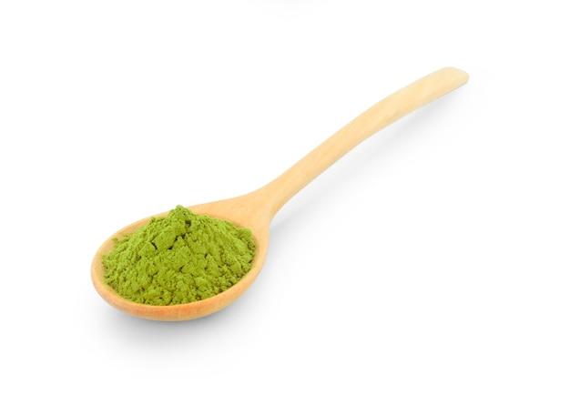 Chá verde matcha em pó em colher de pau isolado no fundo branco Foto Premium
