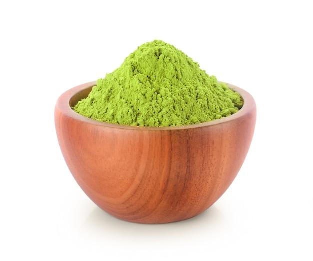 Chá verde matcha em pó em uma tigela, isolado no fundo branco Foto Premium