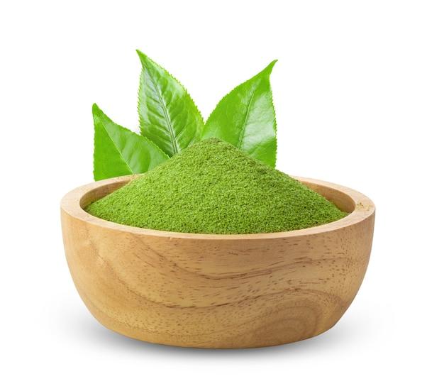 Chá verde matcha instantâneo em tigela de madeira com fundo branco Foto Premium
