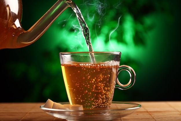 Chá verde quente no copo de bule e xícara Foto gratuita